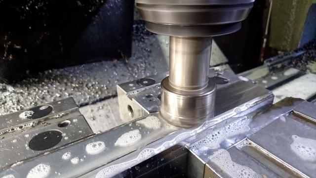 工場内の機械を使ったステンレスの簡単な日払い加工スタッフ